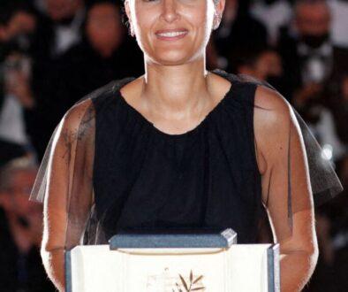 المخرجة الفرنسية جوليا دوكورنو مع سعفة كان الذهبية